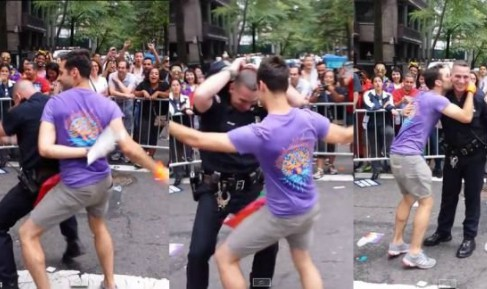 Policeman danced participant gay pride in New York