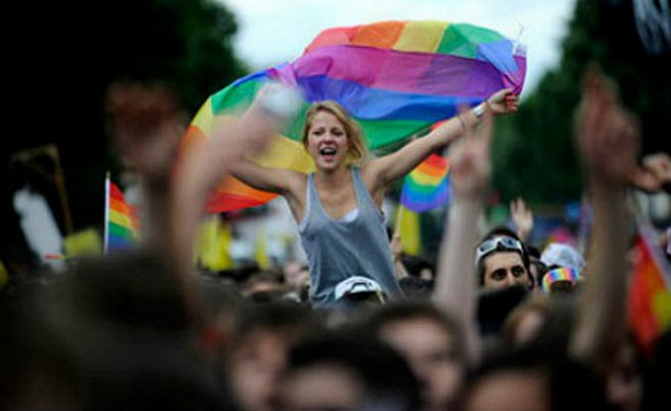 Tens of thousands of French people came to the rally in support of gay marriage